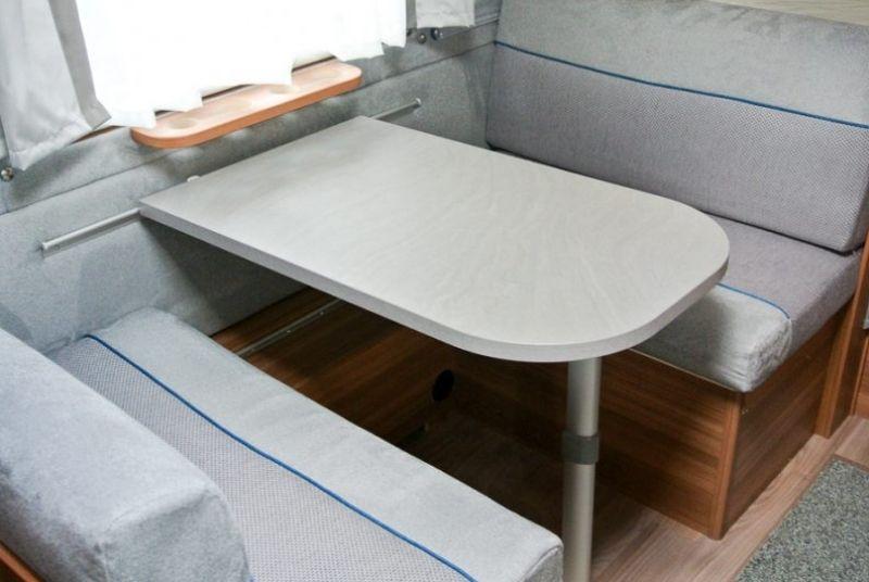 Wohnwagen Sitzecke - Nachts kann sie zum Bett umgebaut werden